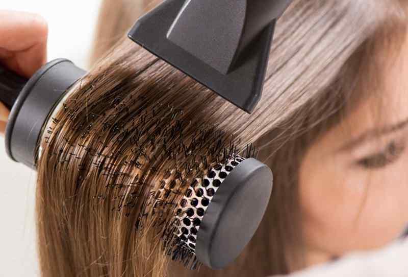 Укладка непослушных волос с применением фена