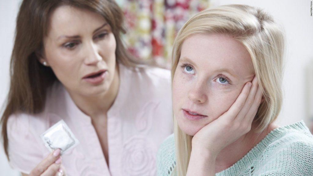 Молодежь зачастую совсем не слушает взрослых и начинает раннюю половую жизнь